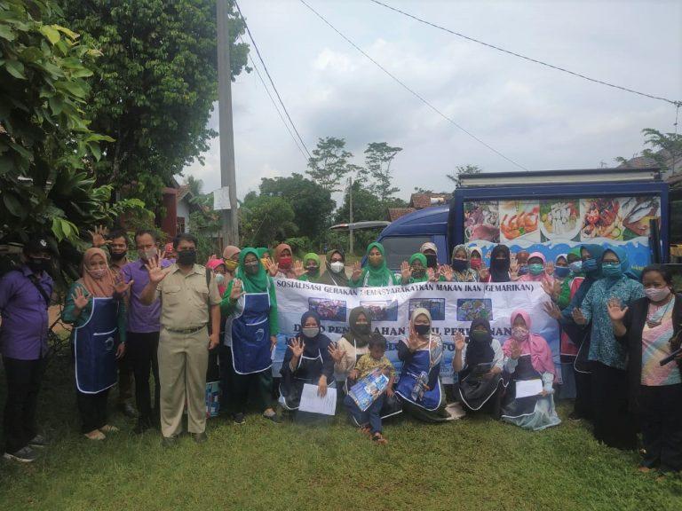 Dinas Perikanan dan Peternakan bekerjasama dengan Tim Pokja III TP PKK Kabupaten Bogor, melaksanakan demo olahan serba ikan dan Gerakan Masyarakat Makan Ikan (Gemarikan) dan membagikan 200 paket, bagi balita stunting, ibu hamil dan ibu menyusui di Desa Tegal Kecamatan Kemang